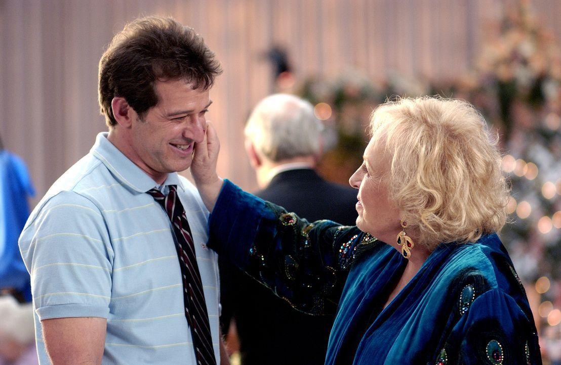Um nach dem Einzug bei seiner Großmutter ('Doris Roberts, r.) nicht als völliger Loser dazustehen, erzählt Alex (Allen Covert, l.) seinen Freunde... - Bildquelle: 2007 Constantin Film Verleih