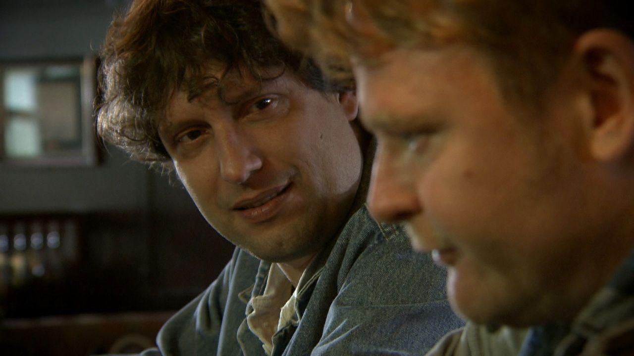 Als sein Kumpel Fabian (l.) ihm ein illegales, jedoch sehr lukratives Geschäft vorschlägt, sieht sich Martin (r.) unter Zugzwang. - Bildquelle: SAT.1