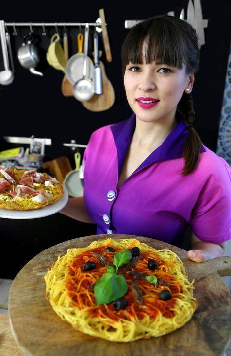Wieder in London verarbeitet Rachel ihre Eindrücke und zaubert Pasta Pizza ... - Bildquelle: BBC 2014