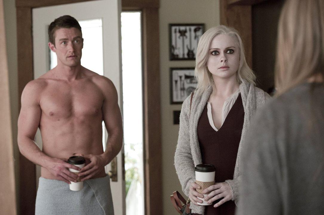 Als Liv (Rose McIver, r.) am Morgen bei Major (Robert Buckley, l.) zu Besuch kommt, wartet eine erschreckende Überraschung auf sie ... - Bildquelle: Warner Brothers
