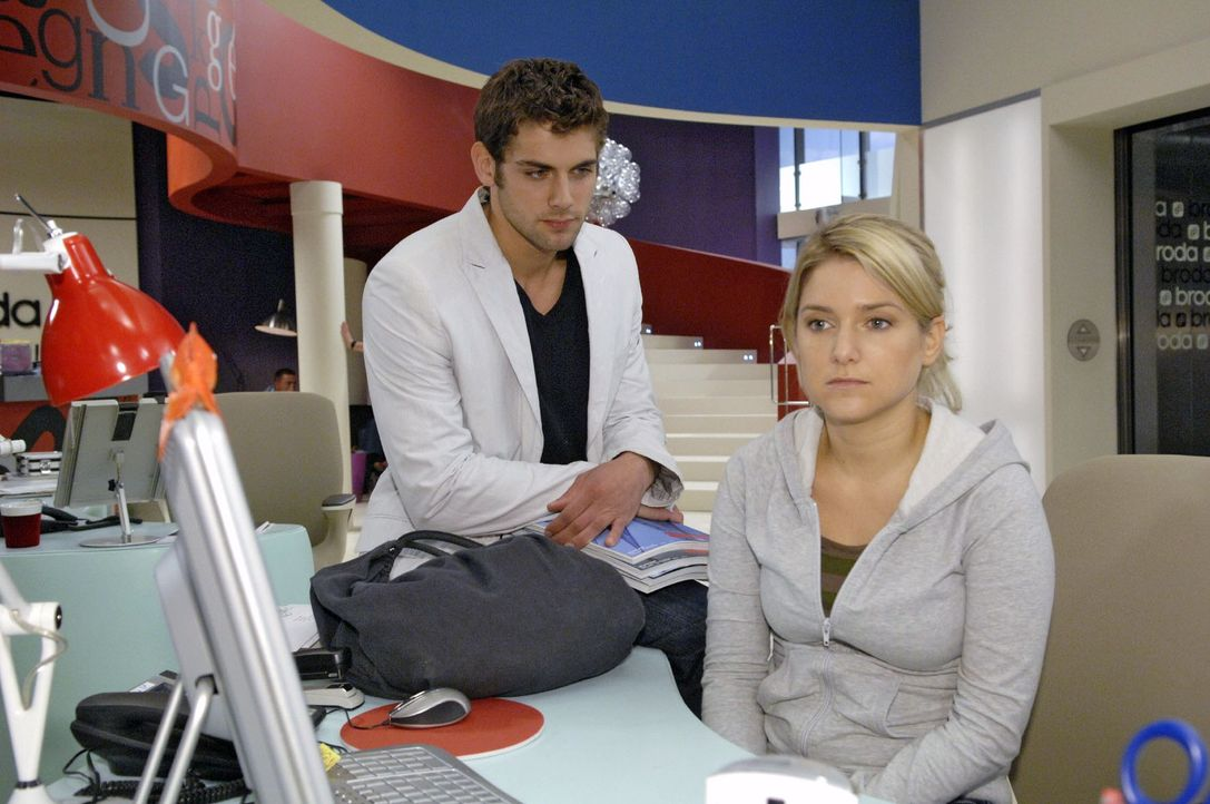Jonas (Roy Peter Link, l.) versucht Anna (Jeanette Biedermann, r.) zu überzeugen, auf die Hochzeitsfeier ihrer Mutter zu gehen ... - Bildquelle: Claudius Pflug Sat.1
