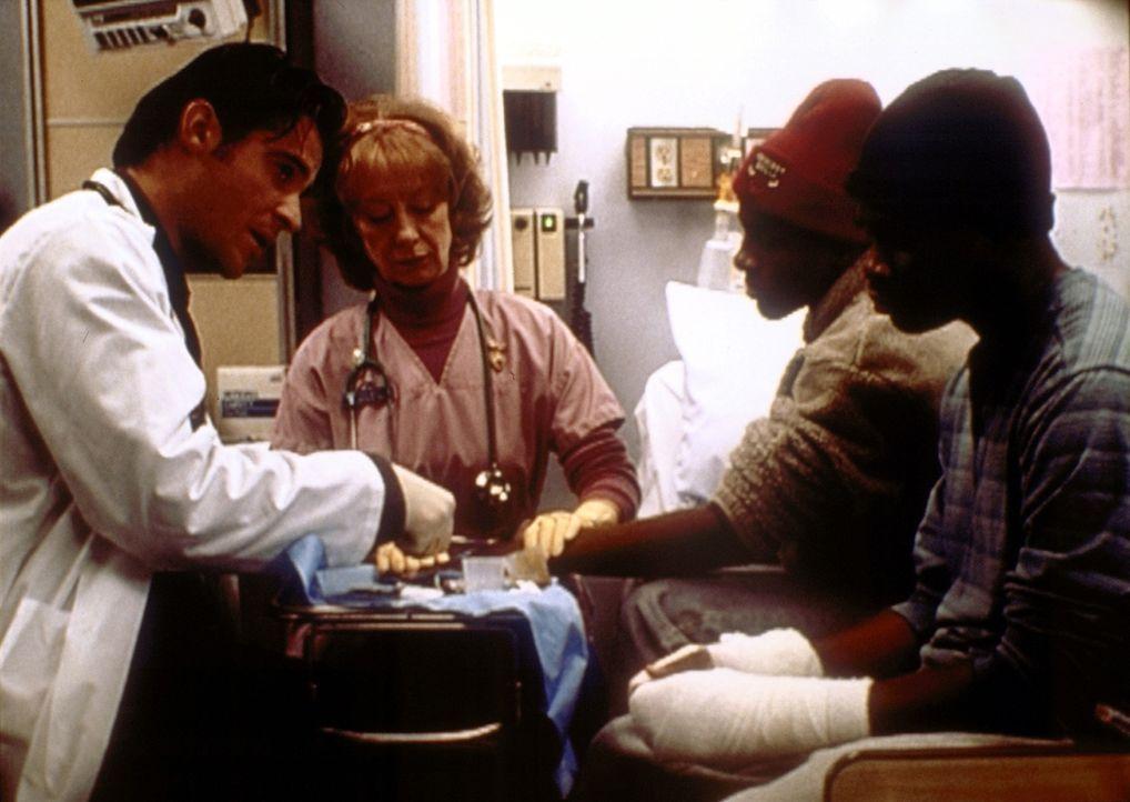 Die beiden Brüder Dillon (Brian Hooks, r.) und der behinderte Jake (Andre Wilson, 2.v.r.) sind unzertrennlich. Dr. Kovac (Goran Visnjic, l.) hilft d... - Bildquelle: TM+  2000 WARNER BROS.