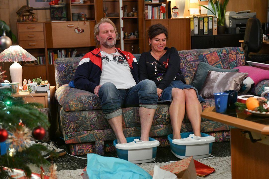 Können sich Mike (Mirco Reseg, l.) und seine Frau Elke (Anne Brendler, r.) endlich entspannen? - Bildquelle: Claudius Pflug SAT.1/Claudius Pflug