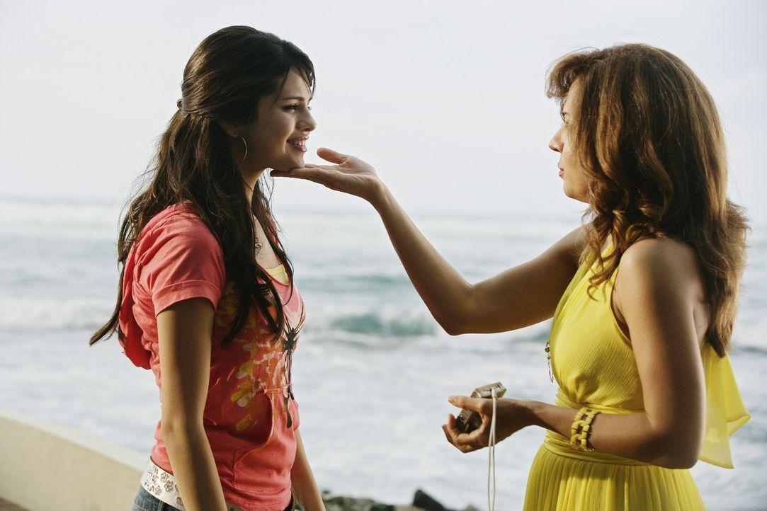 Fast zu spät erkennt Alex (Selena Gomez, l.), dass es im Streit mit der eigenen Mutter (Maria Canals-Barrera, r.) einen Punkt gibt, den man niemals... - Bildquelle: 2009 DISNEY ENTERPRISES, INC. All rights reserved. NO ARCHIVING. NO RESALE.