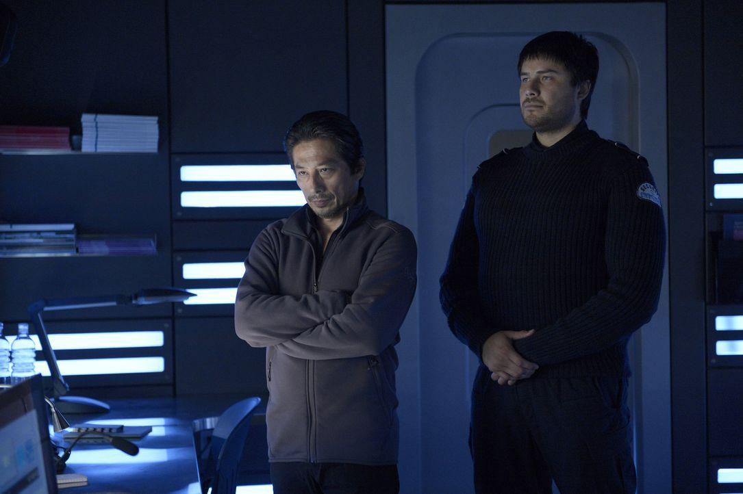 Weiß Daniel (Meegwun Fairbrother, r.) wer oder was Hatake (Hiroyuki Sanada, l.) wirklich ist? - Bildquelle: 2014 Sony Pictures Television Inc. All Rights Reserved.