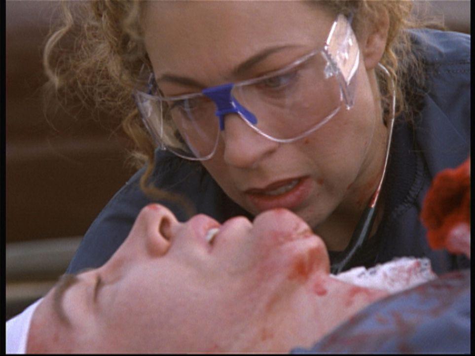 Dr. Corday (Alex Kingston, r.) zwingt einen schwer verletzten Vergewaltiger, den Aufenthaltsort seines Opfers preiszugeben. - Bildquelle: TM+  2000 WARNER BROS.