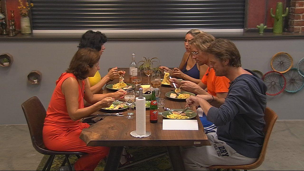 Endlich im Luxus: Die Bewohner beim ersten gemeinsamen Mahl - Bildquelle: SAT.1