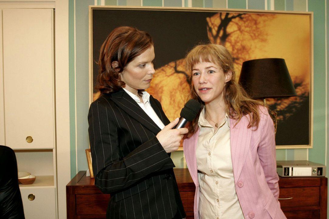 Lisa (Alexandra Neldel, r.) schlägt sich tapfer bei einem Interview mit der Journalistin (Cornelia Schindler, l.) ... Dieses Foto von Alexandra Neld... - Bildquelle: Monika Schürle Sat.1