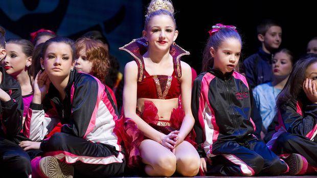 Gespannt warten die Mädchen auf die Ergebnisse des Tanzwettbewerbes ... © 201...