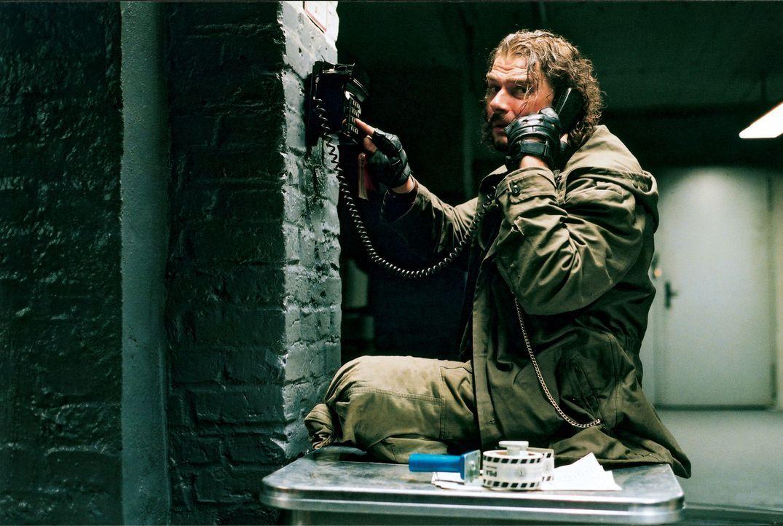 """Von der ehemaligen Hausbesetzer Clique wohnen nur noch Tim und Hotte (Martin Feifel) im besetzten Haus der """"Gruppe 36"""". Nach wie vor verteidigen sie... - Bildquelle: 2003 Sony Pictures Television International"""