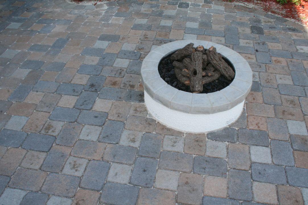 Eine neue Feuerstelle im Garten ist nur eines der neuen Features, die Vanilla Ice und sein Team bauen ... - Bildquelle: 2010, DIY Network/Scripps Networks, LLC.  All Rights Reserved