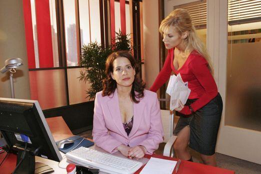 Verliebt in Berlin - Inka (Stefanie Höner, l.) behauptet vor Sabrina (Nina-Fr...