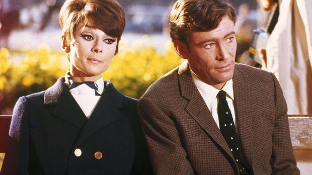 Um den Ruf ihres Papas zu retten engagiert Nicole (Audrey Hepburn, l.) den Me...