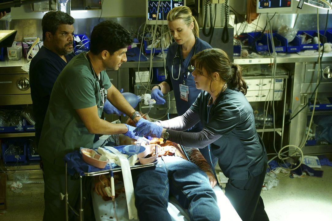 Im Kampf auf Leben und Tod: Jesse (Luis Guzman, 2.v.l.), Leanne (Marcia Gay Harden, r.), Neal (Raza Jaffrey, 2.v.l.) und Christa (Bonnie Somerville,... - Bildquelle: Monty Brinton 2015 ABC Studios