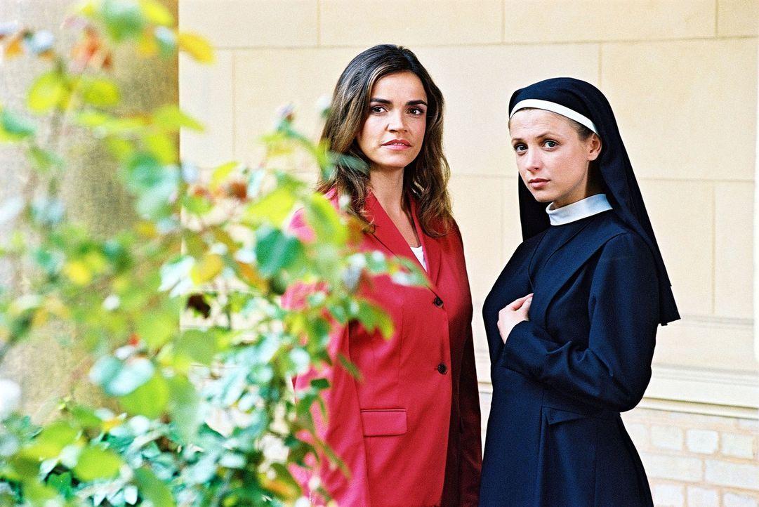 Sandra (Rebecca Immanuel, l.) erfährt von Schwester Klara (Julia Brendler, r.) die Geschichte vom Rosenbusch und von demjenigen, der ihn gepflanzt... - Bildquelle: Hardy Spitz Sat.1