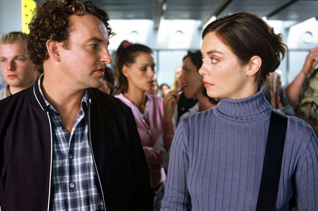 Als sich Luise (Julia Richter, r.) entschließt, ohne ihren Freund in den Urlaub zu fahren, trifft sie am Flugschalter auf Bernd (Marco Rima, l.) ... - Bildquelle: Frank Hempel Sat.1