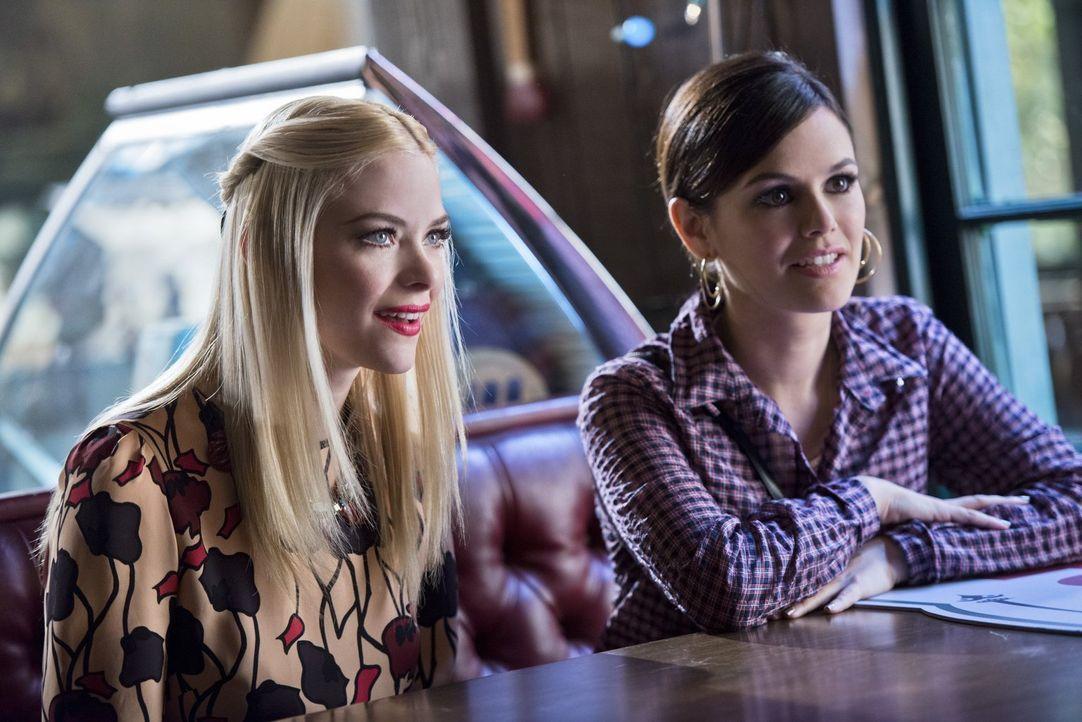 Lemon (Jaime King, l.) und Zoe (Rachel Bilson, r.) sind begeistert, als eine gemeinsame Freundin ihnen einige - mehr oder weniger gute - Tipps gibt... - Bildquelle: Warner Brothers