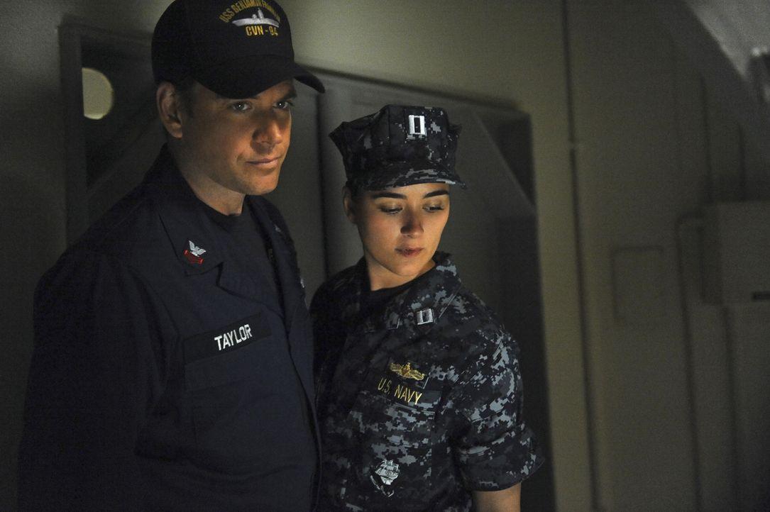 Werden nach Italien geschickt, wo ein explosiver Apparat auf einem Navy-Schiff gefunden wurde: DiNozzo (Michael Weatherly, l.) und Ziva (Cote de Pab... - Bildquelle: 2012 CBS Broadcasting Inc. All Rights Reserved.