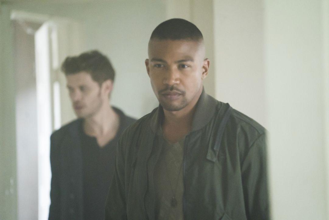 Klaus (Jospeh Morgan, l.); Marcel (Charles Michael Davis, r.) - Bildquelle: Warner Bros.