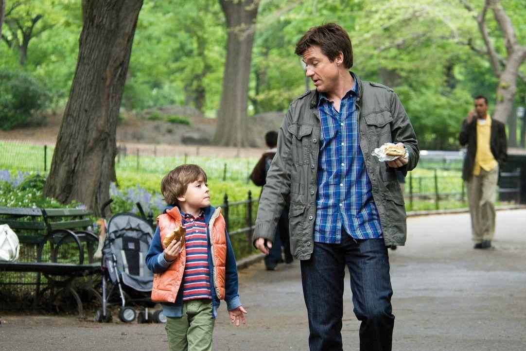 Als Wally (Jason Bateman, r.) sieben Jahre später auf Kassies Sohn Sebastian (Thomas Robinson, l.) trifft, beschleicht ihn ein eigenartiges Gefühl,... - Bildquelle: Constantin Film Verleih GmbH