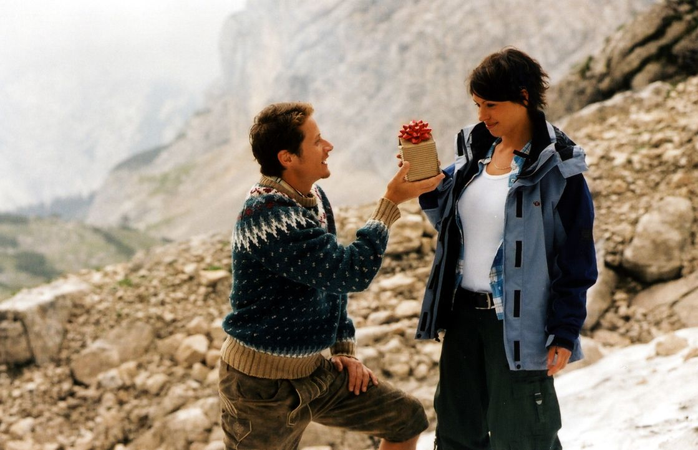 Hemmungslos macht sich Robert (Roman Knizka, l.) an die unerfahrene Pat (Jana Pallaske, r.) heran, um an die sensationelle Wetterformel zu gelangen... - Bildquelle: Barbara Bauriedl