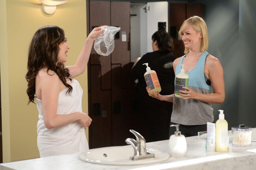Die kaputte Dusche in ihrer Wohnung veranlasst Caroline (Beth Behrs, r.) und Max (Kat Dennings, l.) in einem Fitnessstudio anzuheuern, um die Dusche... - Bildquelle: Darren Michaels Warner Brothers