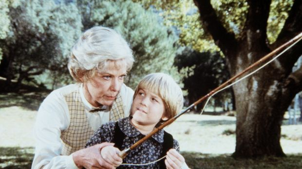 Ruthy Leland (Vera Miles, l.) zeigt Jason Carter (David Friedman, r.) eine vö...