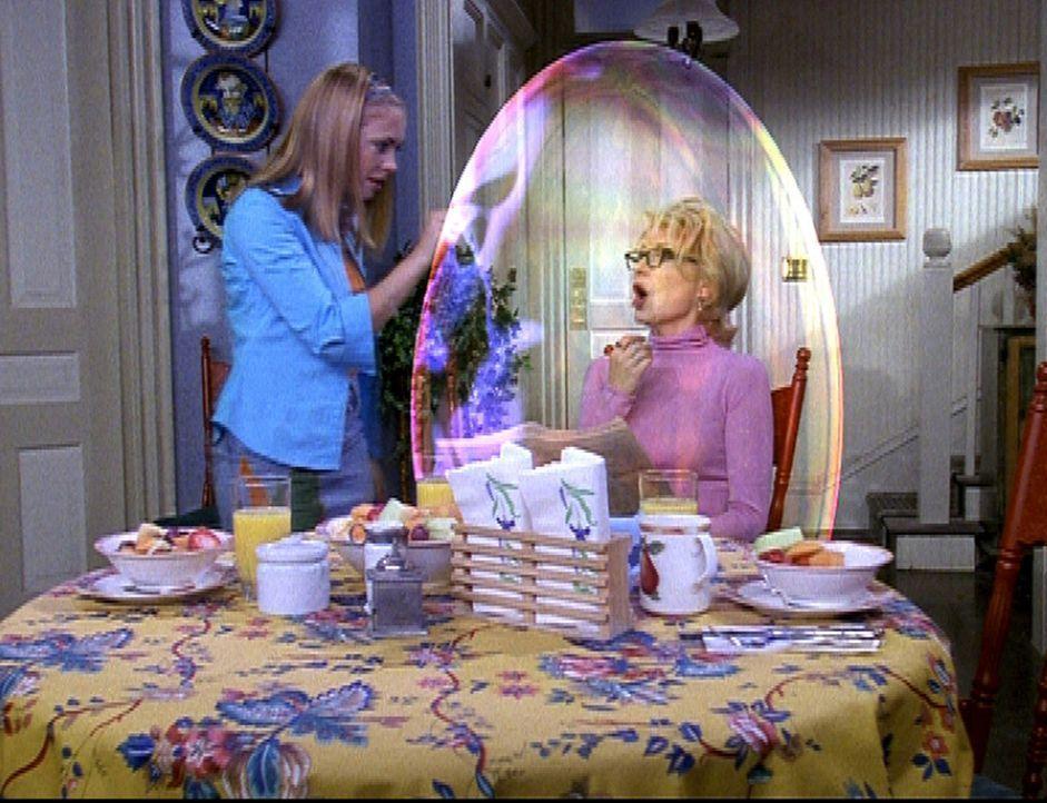 Sabrina (Melissa Joan Hart, l.) versucht, Tante Zelda (Beth Broderick, r.) aus ihrer misslichen Situation zu befreien. - Bildquelle: Paramount Pictures