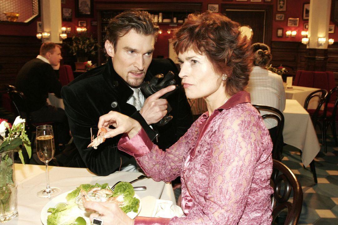 Richard (Karim Köster, l.) macht seiner Mutter Sophie (Gabrielle Scharnitzky, r.) recht deutlich klar, dass er nicht will, dass sie weiterhin Konta... - Bildquelle: Noreen Flynn Sat.1