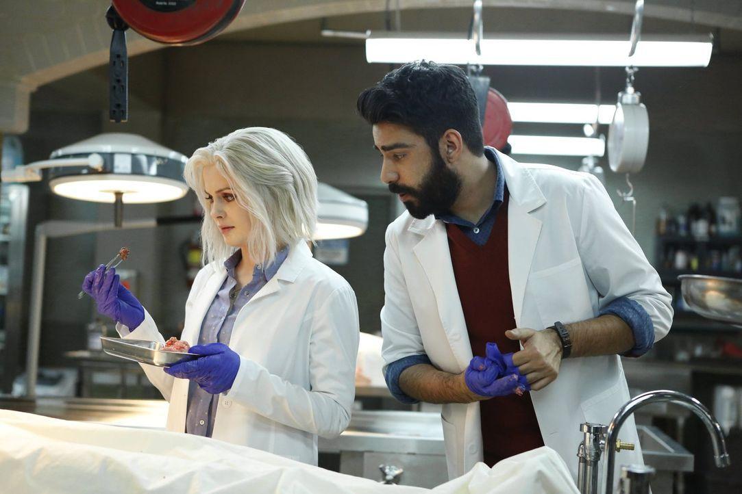 Nachdem Liv (Rose McIver, l.) das Hirn einer extremen Optimistin gegessen hat, muss Ravi (Rahul Kohli, r.) sie immer wieder daran erinnern, dass die... - Bildquelle: 2014 Warner Brothers