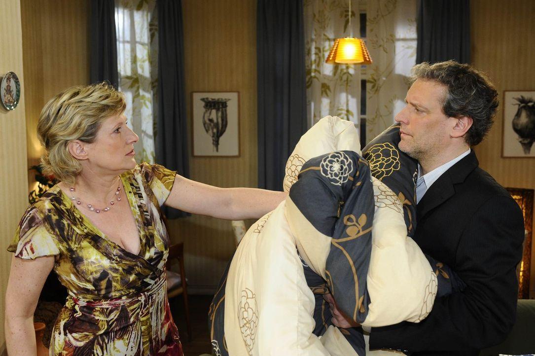 Susanne (Heike Jonca, l.) ist tief verletzt von Ingo (Wolfgang Wagner, r.) und wirft ihn deshalb aus dem Schlafzimmer ... - Bildquelle: SAT.1