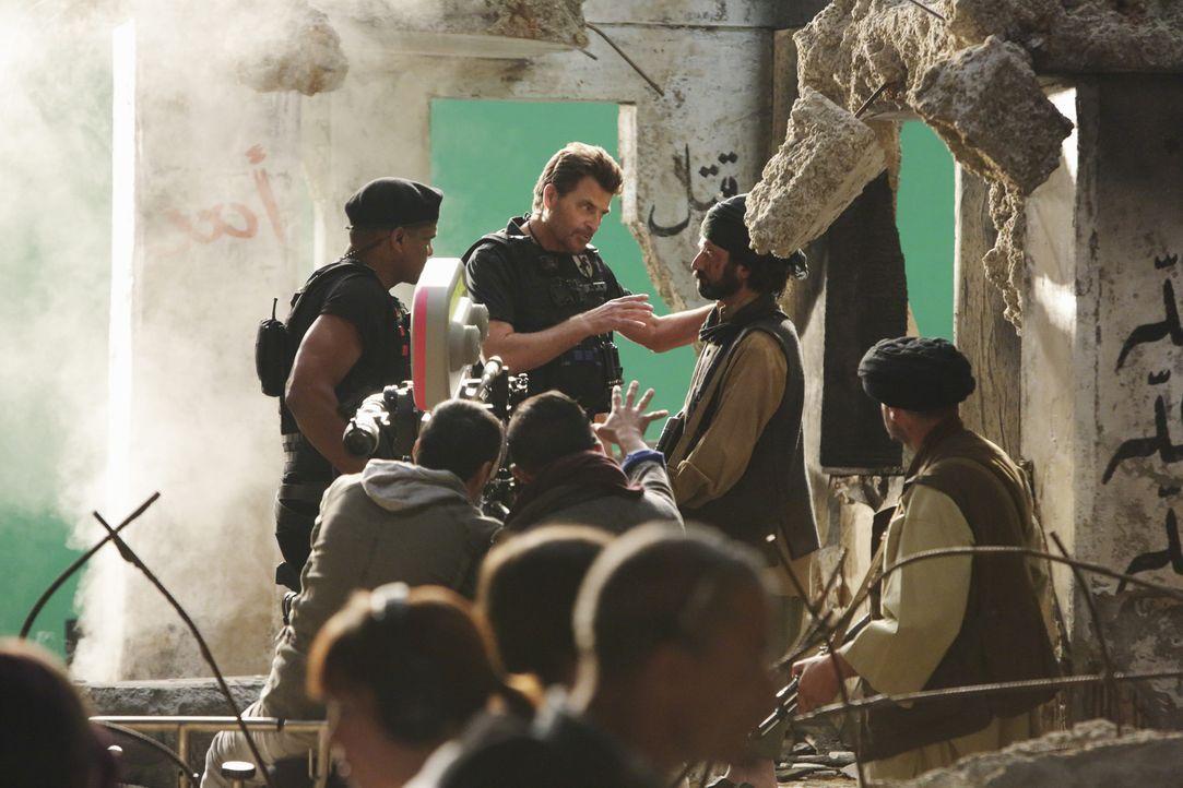 Castle und Beckett ermitteln am Filmset von Brock Harmon (Ted McGinley, hinten 2.v.l.), um den Mord an Lance Delorca aufzuklären ... - Bildquelle: ABC Studios