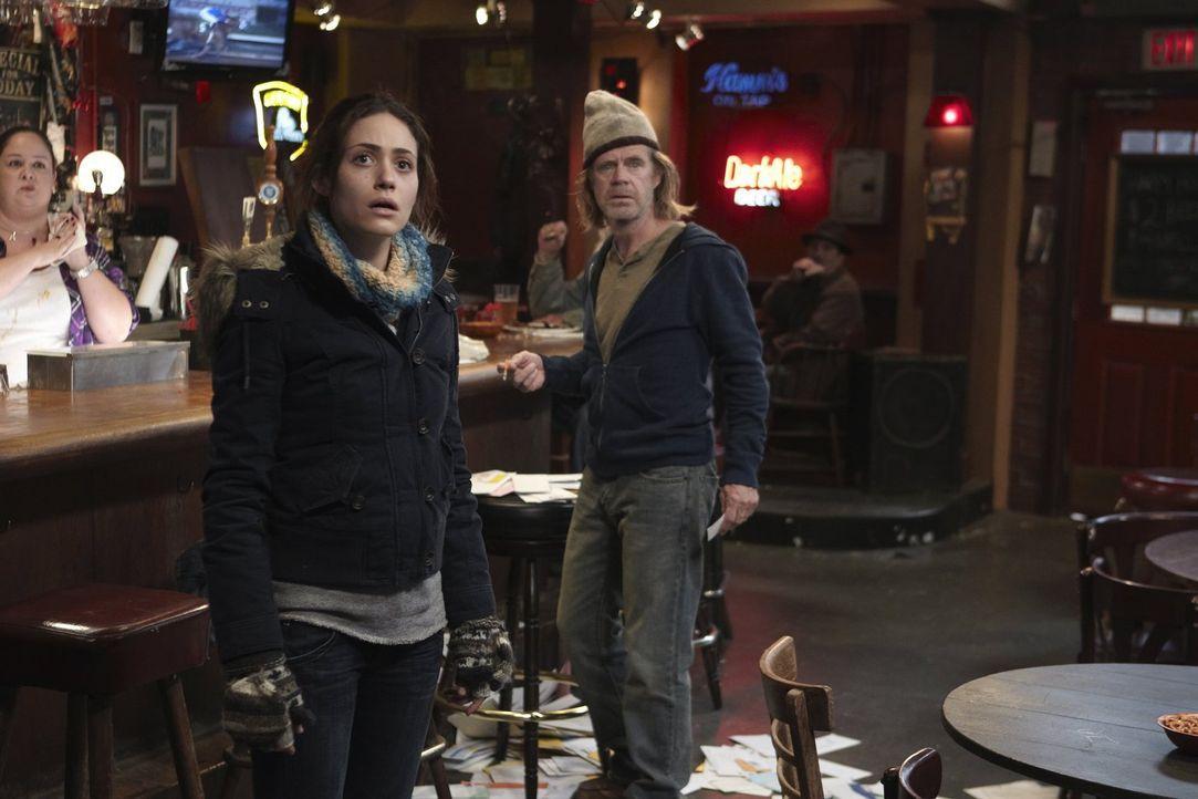 Was hat Frank (William H. Macy, r.) nur mit dem vielen Geld gemacht? Fiona (Emmy Rossum, l.) traut ihren Augen kaum ... - Bildquelle: 2010 Warner Brothers