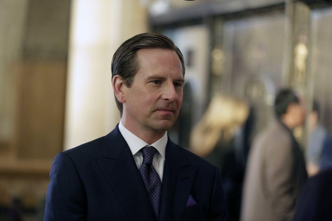 Kann der Kunsthändler Julian Glausser (Stephen Barker Turner) Henry und Jo in ihren Ermittlungen weiterhelfen? - Bildquelle: Warner Bros. Television
