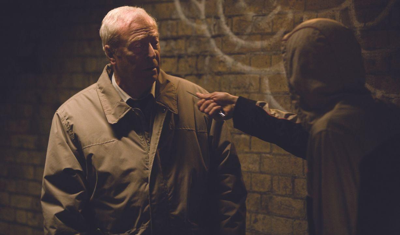 Harry Brown (Michael Caine, l.) lebt alleine in einer von Jugendgangs terrorisierten Gegend in London. Als sein einziger Freund von einer Gang zu To... - Bildquelle: Ascot Elite Home Entertainment GmbH