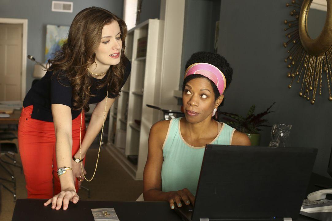 """Ein starkes Team: Die schöne Anwälten Jamie Sawyer (Anna Wood, l.) und ihre Anwaltsgehilfin Violet """"Vi"""" Briggs (Kim Wayans). Gemeinsam versuchen sie... - Bildquelle: 2013 CBS BROADCASTING INC. ALL RIGHTS RESERVED."""