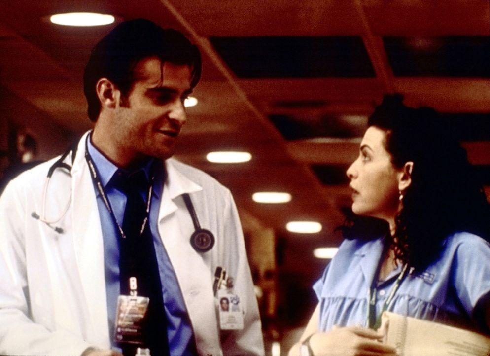 Hathaway (Julianna Margulies, r.) findet, dass Dr. Kovac (Goran Visnjic, l.) auf sehr unkonventionelle Weise eine Patientin gerettet hat. - Bildquelle: TM+  2000 WARNER BROS.