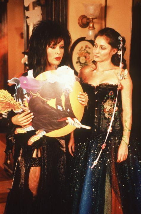 Als Phoebe (Alyssa Milano, l.) und Prue (Shannen Doherty, r.) in voller Kostümierung zur Halloween-Party im Club aufbrechen wollen, werden sie von d... - Bildquelle: Paramount Pictures