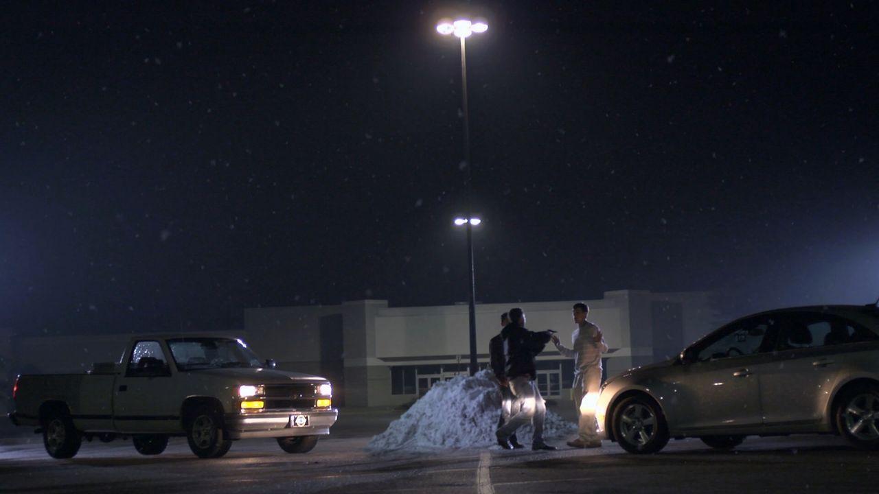 An einem eigentlich friedlichen Weihnachtstag wird der Restaurantbesitzer Donald Ott (Darsteller unbekannt, r.) erschossen. Seine Freunde glauben, d... - Bildquelle: Jupiter Entertainment