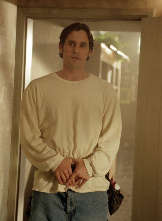 Xander (Nicholas Brendon) unterstützt Rupert bei den nächtlichen Vorbereitungen. - Bildquelle: TM +   2000 Twentieth Century Fox Film Corporation. All Rights Reserved.