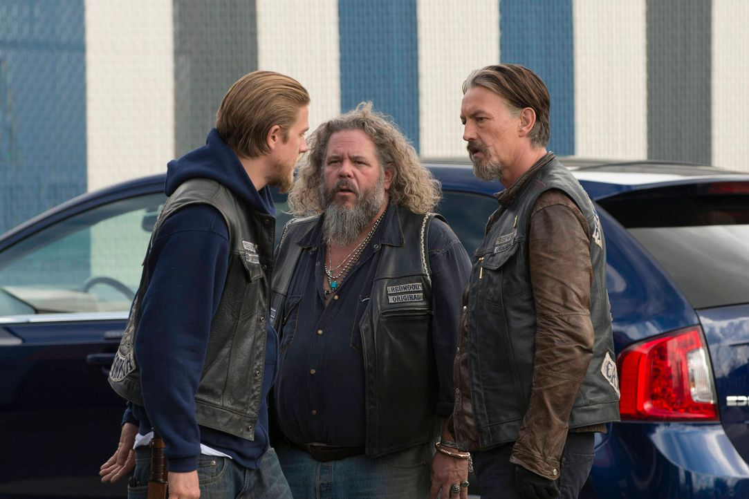 Noch kämpfen sie zu dritt: Jax (Charlie Hunnam, l.), Bobby (Mark Boone Junior, M.) und Chibs (Tommy Flanagan, r.) ... - Bildquelle: 2012 Twentieth Century Fox Film Corporation and Bluebush Productions, LLC. All rights reserved.