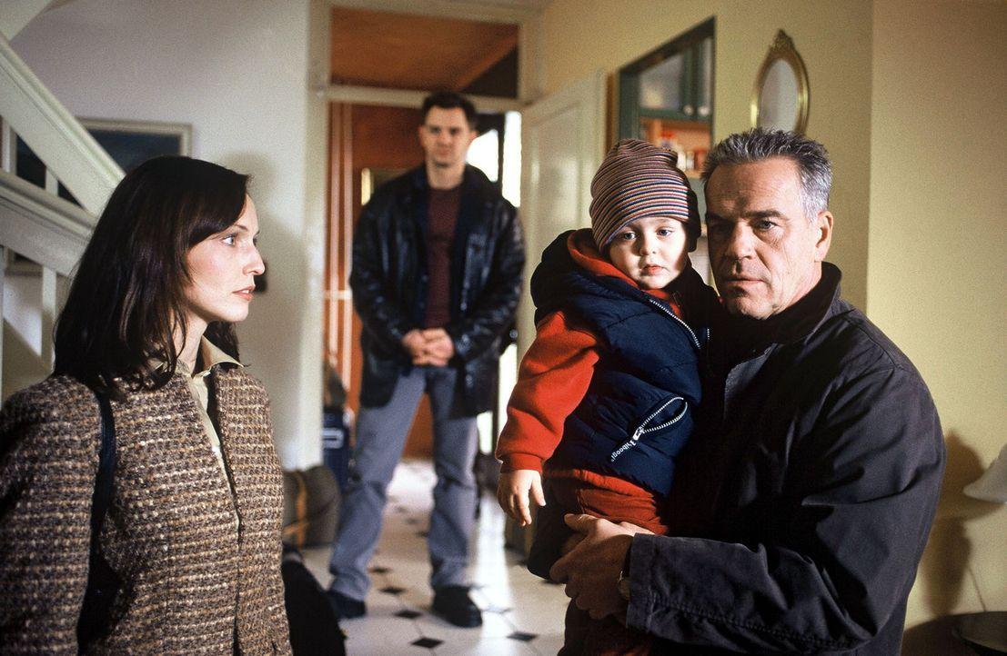 Wolff (Jürgen Heinrich, r.) und Tom (Steven Merting, M.) bringen den kleinen Markus (Liam Luka Nesser, 2.v.r.), der von seinem Vater und einem Freun... - Bildquelle: Leslie Haslam Sat.1