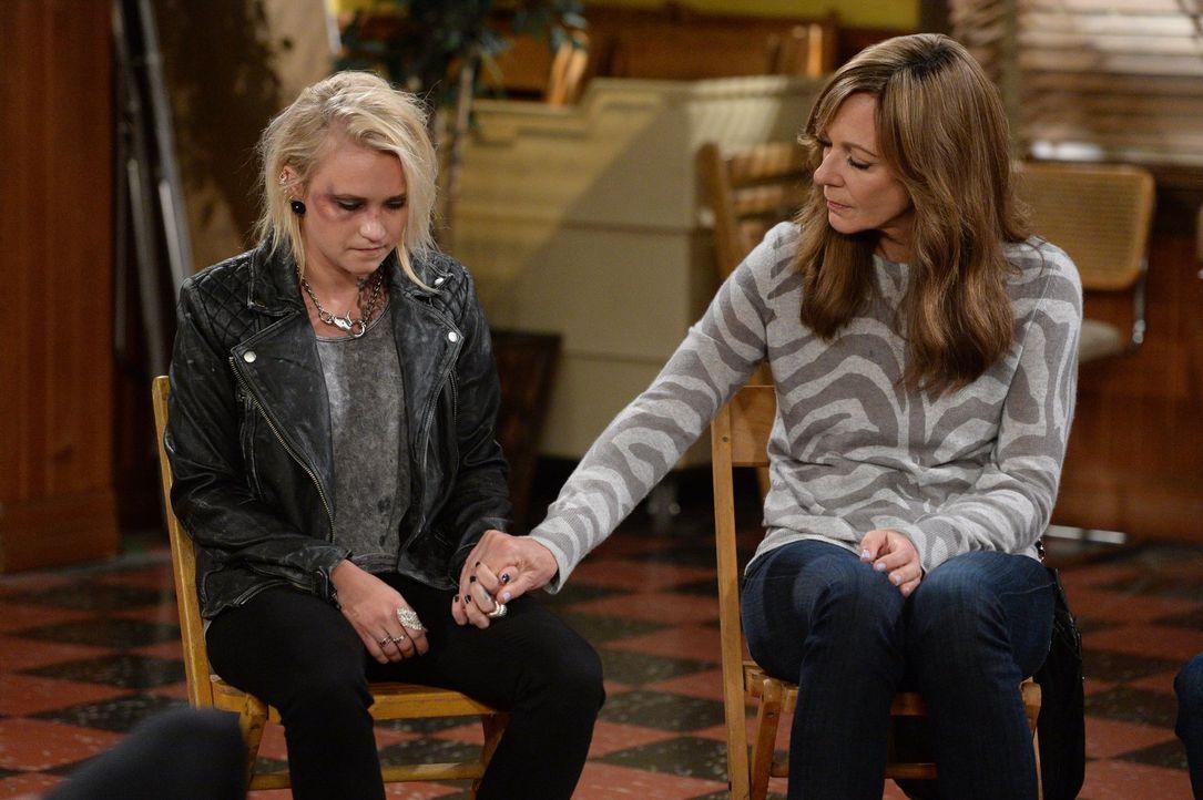 Bonnie (Allison Janney, r.) steht der drogensüchtigen Jodi (Emily Osment, l.) bei, die clean werden will ... - Bildquelle: 2015 Warner Bros. Entertainment, Inc.