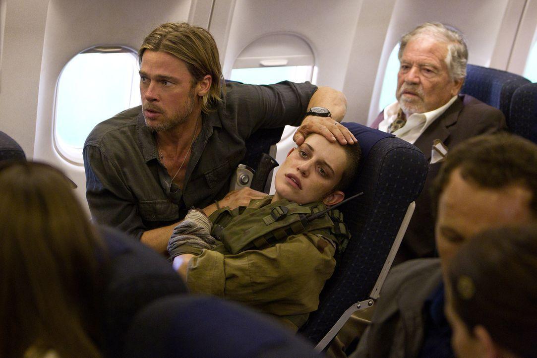 Nur mit allerletzter Kraft entkommt Gerry (Brad Pitt, l.) zusammen mit der Soldatin Segen (Daniella Kertesz, M.) der Zombieattacke ... - Bildquelle: 2013 Paramount Pictures.  All Rights Reserved.