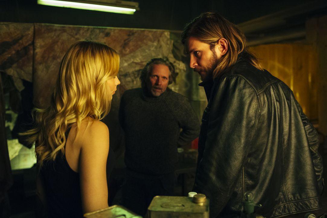 Als die Dinge auf Stonehaven außer Kontrolle geraten, müssen Elena (Laura Vandervoort, l.), Sasha (John Ralston, M.) und Clay (Greyston Holt, r.) ei... - Bildquelle: 2016 She-Wolf Season 3 Productions Inc.