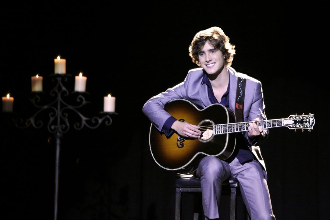 Nicht nur die Musik verbindet Javier (Diego Boneta) mit seiner Duett-Partnerin... - Bildquelle: TM &   CBS Studios Inc. All Rights Reserved