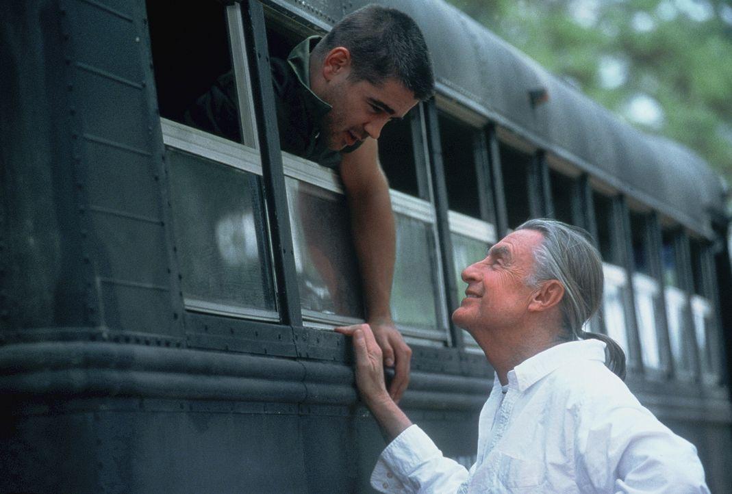 Regisseur Joel Schumacher (r.) gibt letzte Instruktionen seinem Hauptdarsteller Colin Farrell (l.) - Bildquelle: 20th Century Fox Film Corporation