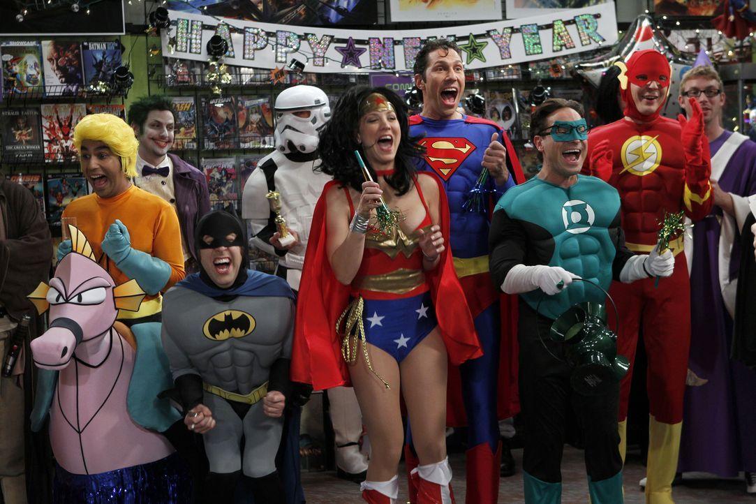 Nehmen bei einem Kostümwettbewerb als die Gerechtigkeitsliga teil und wollen natürlich gewinnen: Penny (Kaley Cuoco, M.), Sheldon (Jim Parsons, 2.v.... - Bildquelle: Warner Bros. Television