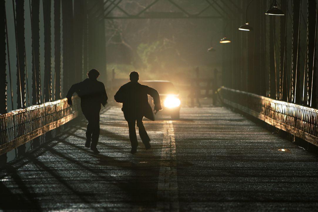 Rennen um ihr Leben: Dean (Jensen Ackles, r.) und Sam (Jared Padalecki, l.) ... - Bildquelle: Warner Bros. Television