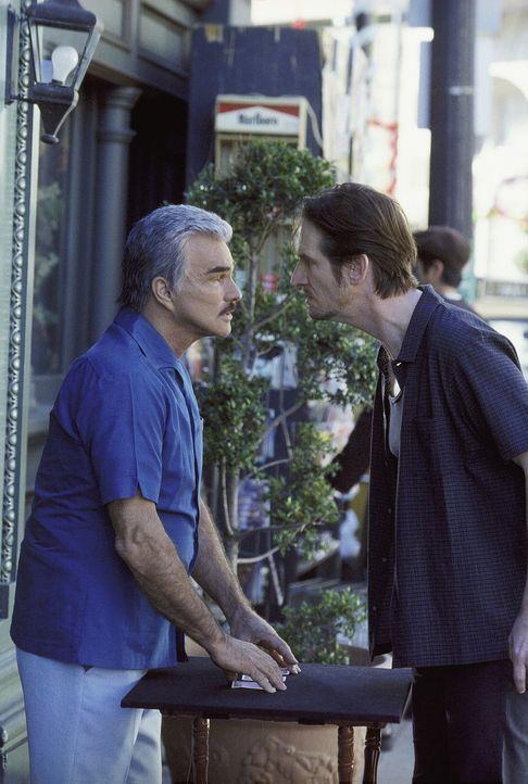 Burt (Burt Reynolds, l.), ein Berufsspieler, kennt den Serienmörder Mad Wayne (Ray McKinnon), der ebenfalls ein Spieler ist, liefert ihn aber nicht... - Bildquelle: Twentieth Century Fox Film Corporation. All Rights Reserved.